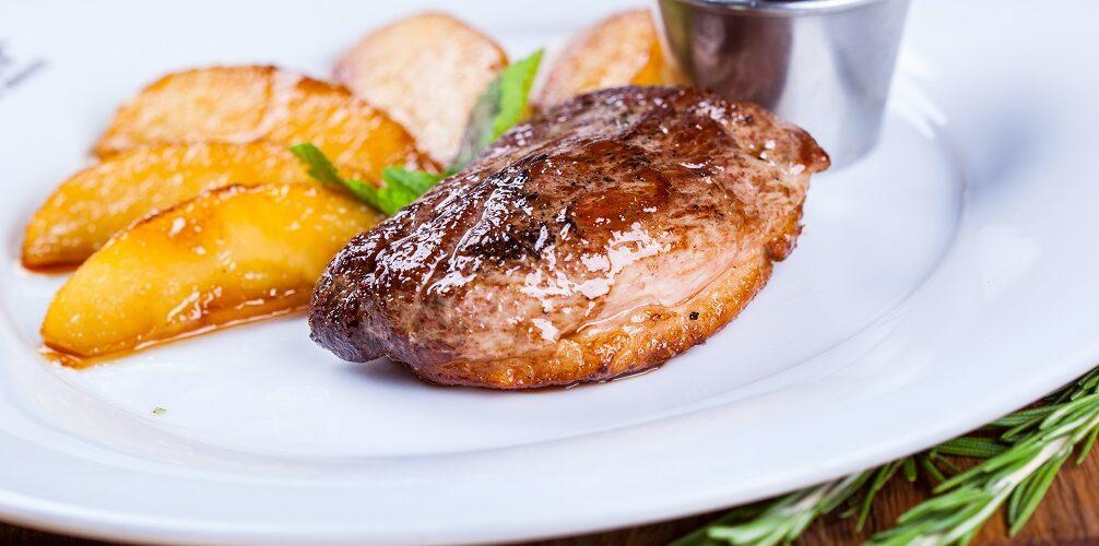 Magret de canard à la sauce aux airelles